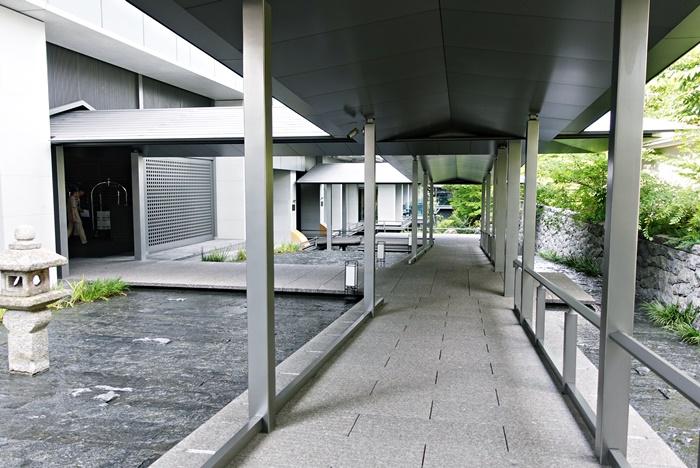 屋根付きの廊下