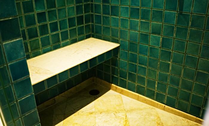 シャワールームのベンチ