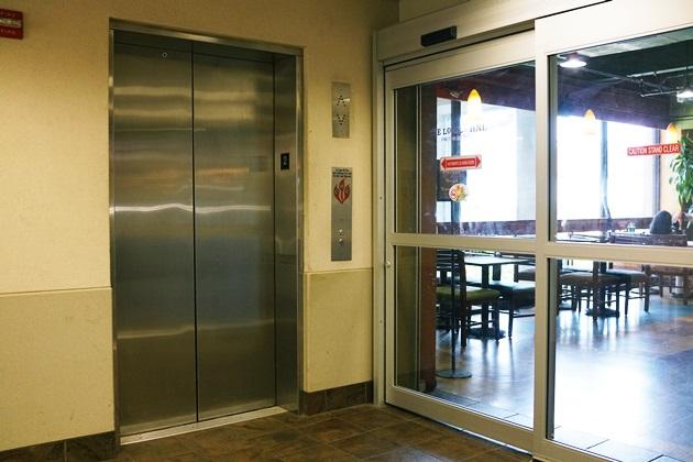 サクララウンジへのエレベーター