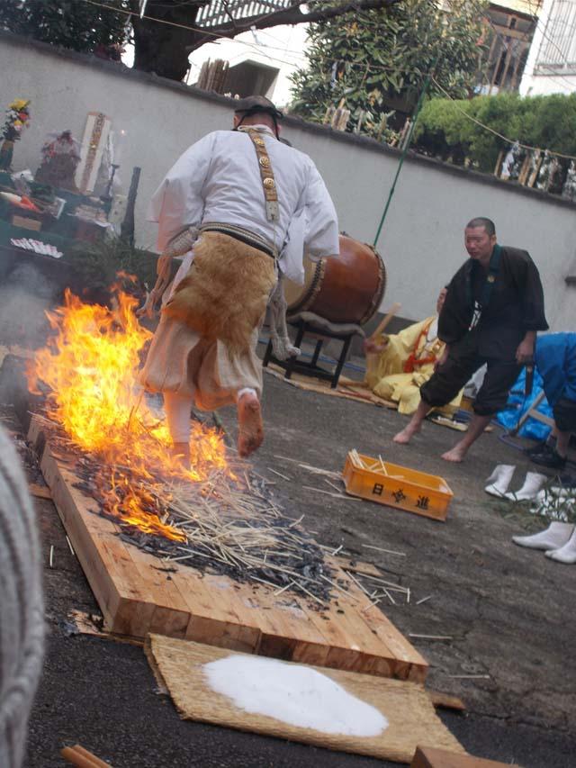 源覚寺の閻魔例大祭の火渡りの写真