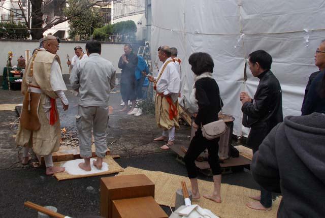 源覚寺の火渡りに挑む一般参拝客の写真