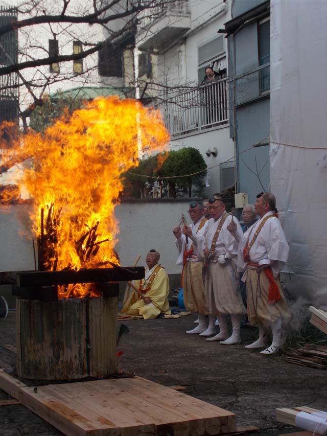 閻魔例大祭の火渡りの様子