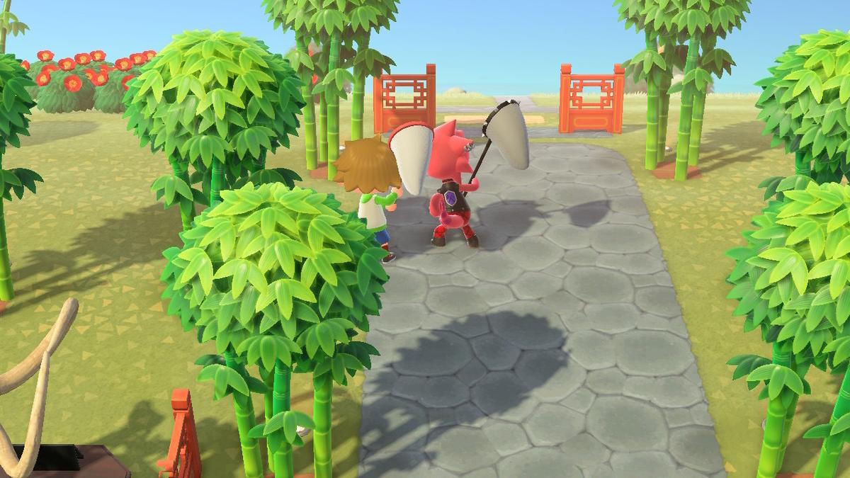ゲーム「集まれどうぶつの森」でキャラクターと一緒に虫取り網を構えている