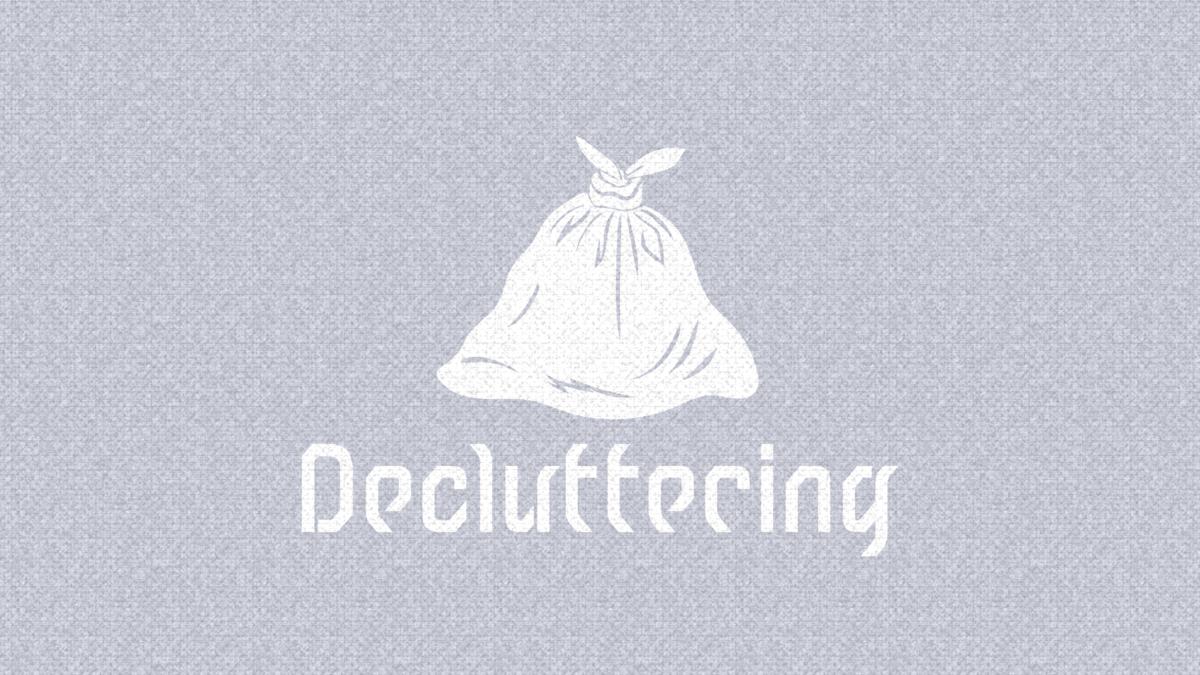 """ゴミ袋のシルエットが中央にある画像。ゴミ袋の下には""""Decluttering""""(片付けるという意味)と書かれている"""