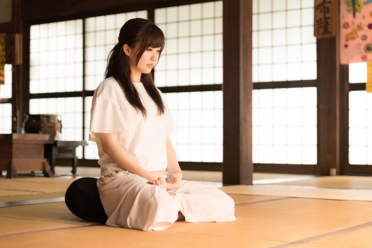 座禅する女性