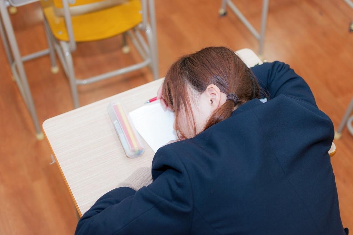 授業中に寝てしまう女性