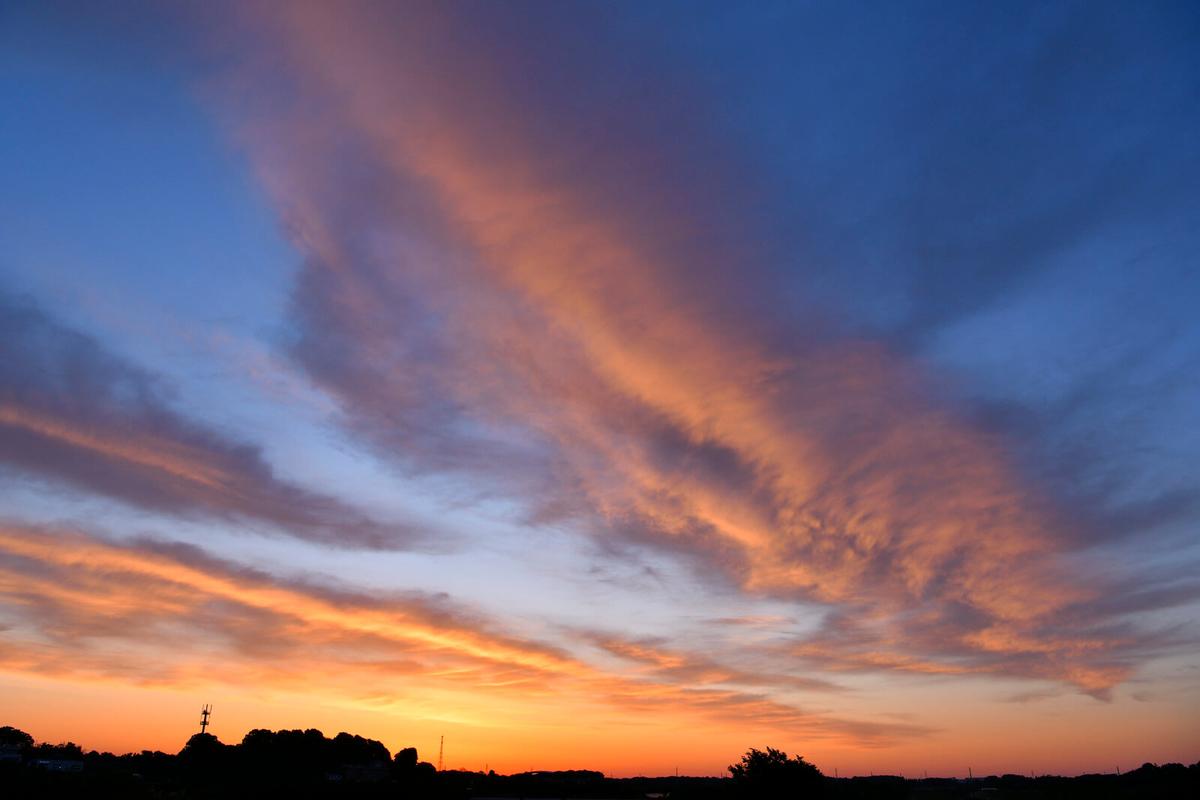 朝焼けに輝くオレンジの雲