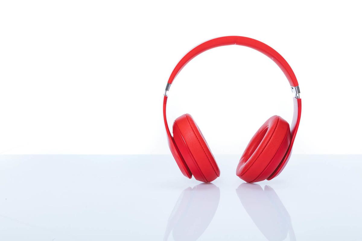 赤いワイヤレスヘッドフォン