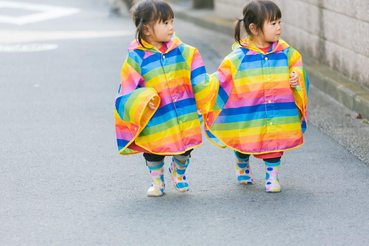 散歩する双子
