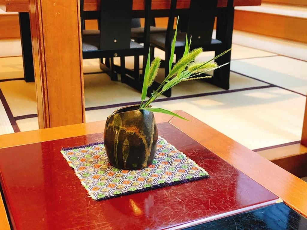 半兵衛麩(京都 五条)赤と黒のテーブルの端に小さな花瓶【適材適食】小園亜由美(管理栄養士・野菜ソムリエ上級プロ)