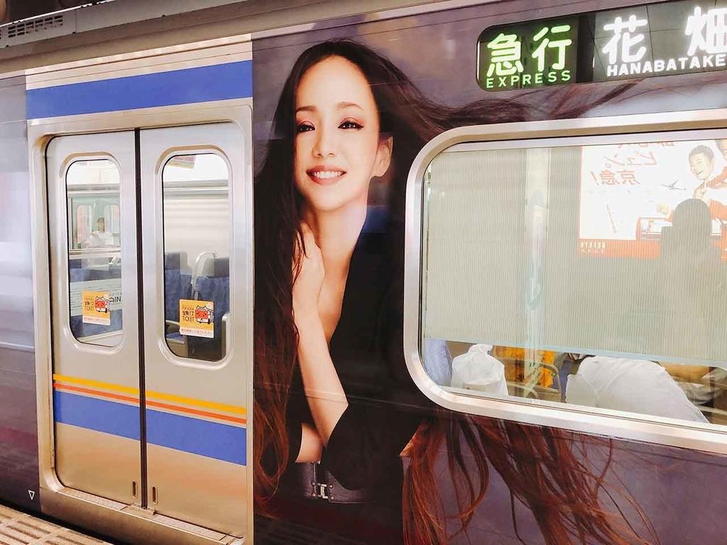 西鉄福岡(天神)駅ホームで安室奈美恵さんのラッピング電車を撮影。【適材適食】小園亜由美(管理栄養士・野菜ソムリエ上級プロ)