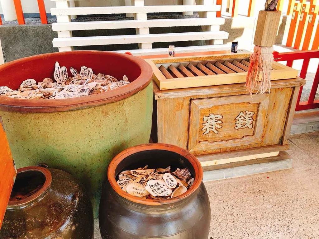 貝殻に願いごとを書いてこの壺の中に入れると叶うといいます。龍宮神社@指宿【適材適食】小園亜由美(管理栄養士・野菜ソムリエ上級プロ)