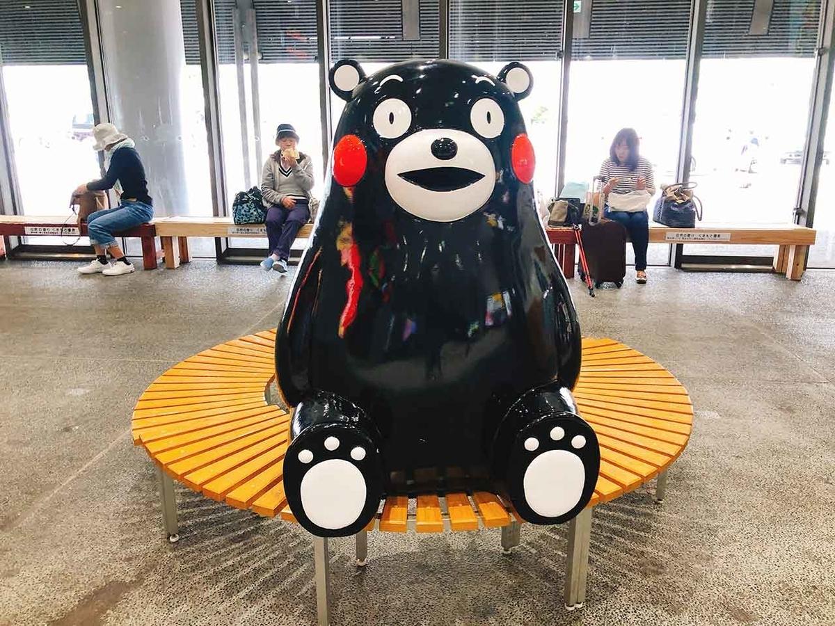 熊本駅の構内でくまモンがベンチに座って電車を待っていた@GW「平成駅から出発進行」平成の最後にJR九州豊肥本線熊本駅の隣「平成駅」に行ってみた★