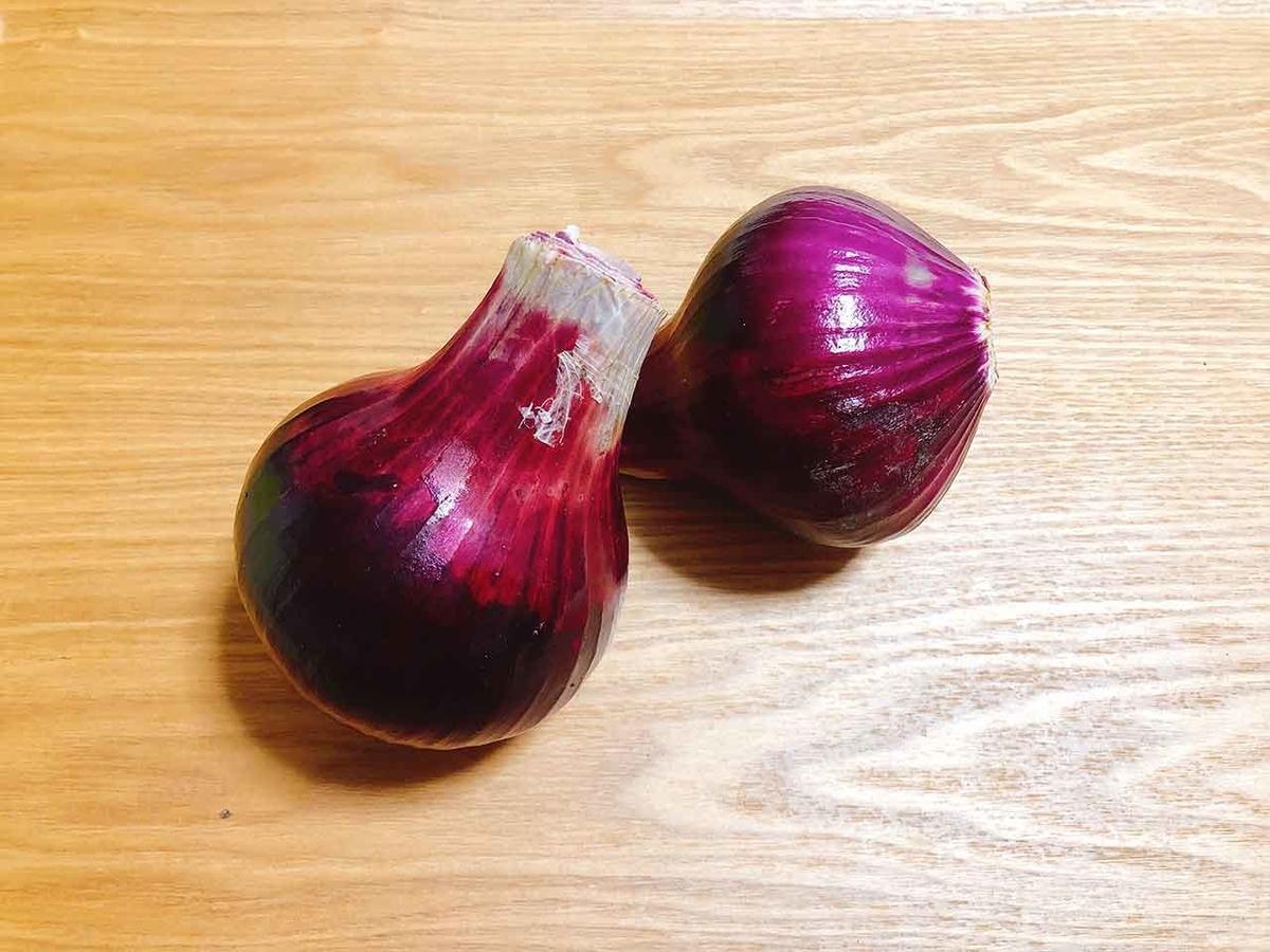 「実家から自家製赤タマネギをもらったのでタマネギの話をします」初めて育てた赤タマネギはとてもキレイな深い赤紫色でした★【適材適食】小園亜由美(管理栄養士・野菜ソムリエ上級プロ)