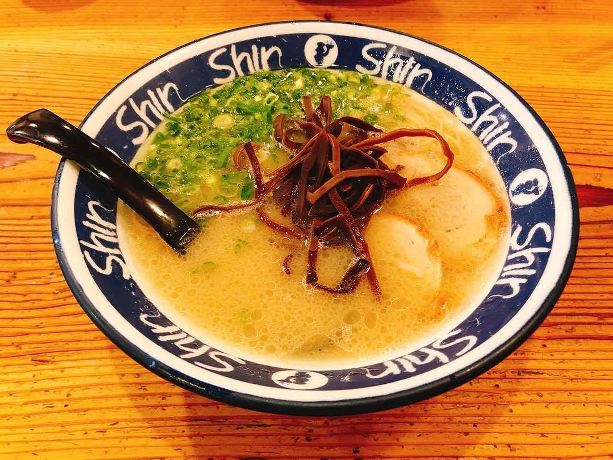 「いつでも並んでいる天神の博多純情らーめん[ Shin Shin (シンシン) ]で食べてみた」いつもお店の前に行列ができているので気になっていたのです。【適材適食】小園亜由美(管理栄養士・野菜ソムリエ上級プロ)