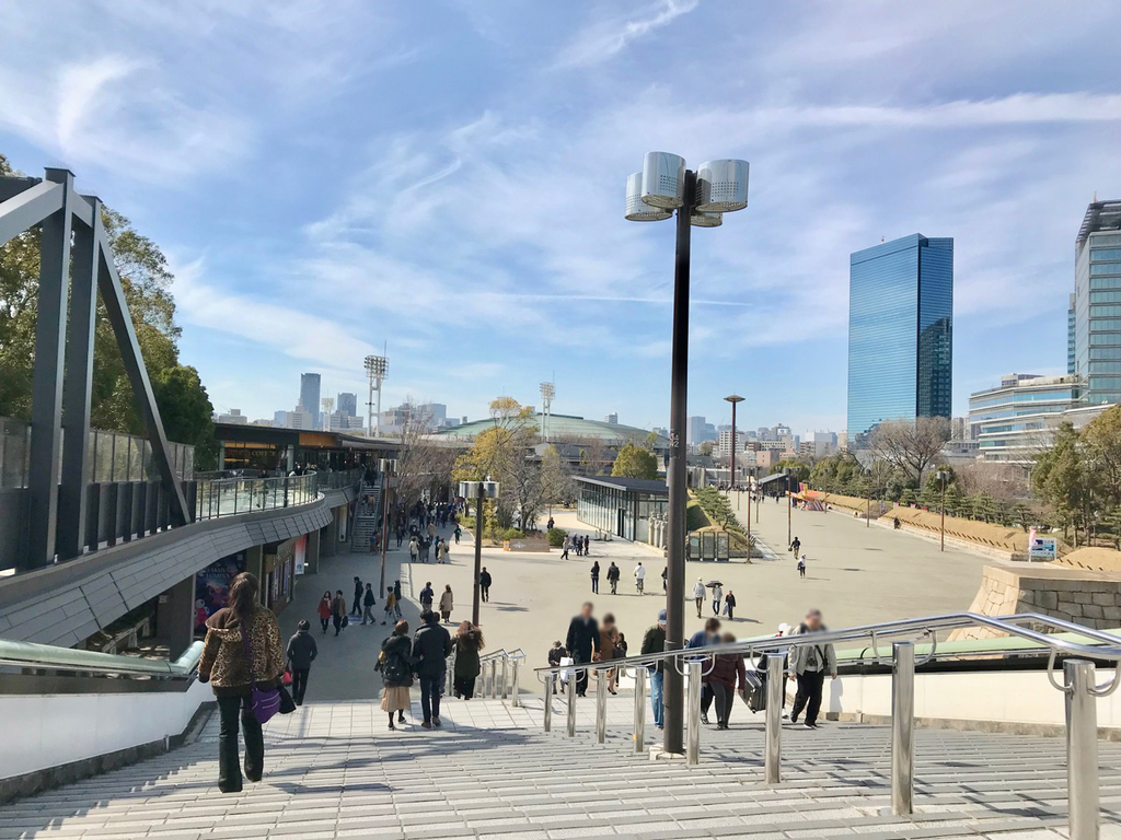 大阪城公園駅から大阪城ホールを見る景色