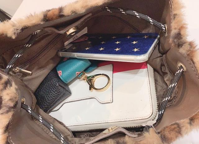 これには長財布とポーチに携帯、キーケースまで入ってまだまだ余裕がありますよ~