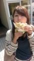 頬張るメロンパン