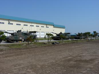 装備品展示_展示会場脇にある90式体験搭乗用車両.JPG