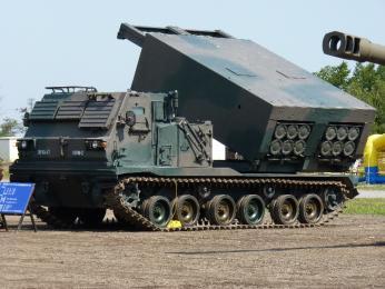 装備品展示_多連装ロケットシステム 自走発射機M270.JPG