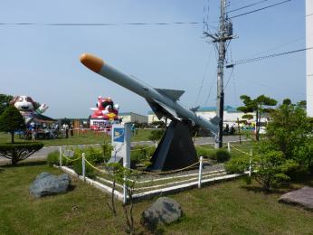 第1地対艦ミサイル連隊記念碑(旧第125特科大隊基幹)と88式地対艦誘導弾SSM-1.JPG