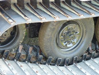 駐屯地の様子6_78式雪上車_転輪はタイヤ.JPG