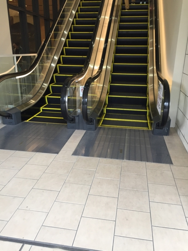 2階行きのエスカレーター