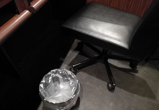 部屋の椅子とゴミ箱