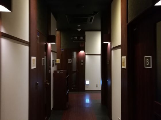 快活クラブ日立店のワンツーカラオケまでの通路3