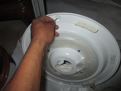 ビス止めのために予備穴を利用。