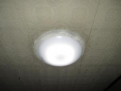 取付け完了後の天井の色違い跡