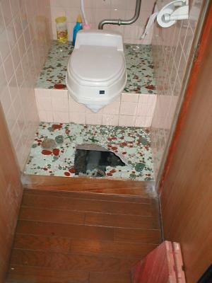 トイレ床修理?陥没全景.JPG
