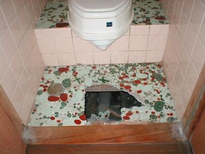 トイレ床修理?陥没.JPG