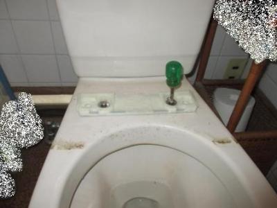 トイレ便座交換?施工途中?解体?既存の部品外し?上から固定の例.JPG