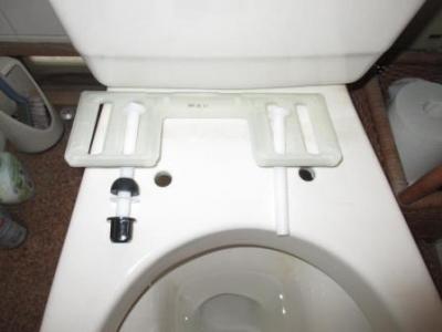 トイレ便座交換?施工途中?取付?固定部品例.JPG