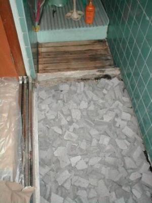 浴室床修理?途中ガラの埋め込み途中.JPG