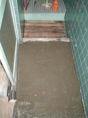 浴室床修理?途中ガラの埋め込み後モルタル下地.JPG