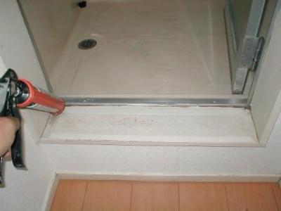 浴室修理(下枠腐食改善)?ステン曲げ加工材取付前のコーキング.JPG