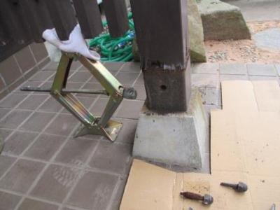 玄関ポーチ柱修理?施工始めの仮設.JPG