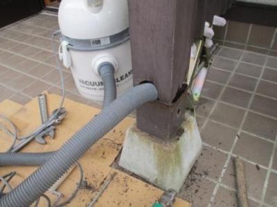 玄関ポーチ柱修理?ゴミ吸い取り.JPG
