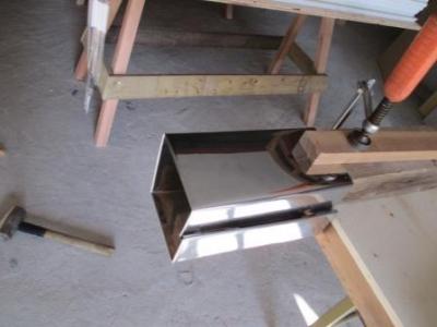 玄関ポーチ柱修理?ステン根巻の事前加工?ボルト用の穴あけ.JPG