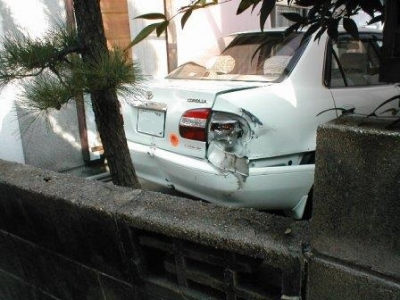 (ブロックの塀修理前)03車の破損.JPG