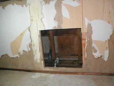 (屋内水漏れ修理)06天井点検口取り付け用の切断開口.JPG