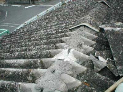 物置屋根スレート張替03古大波スレート平棟下のモルタル詰め状況.JPG