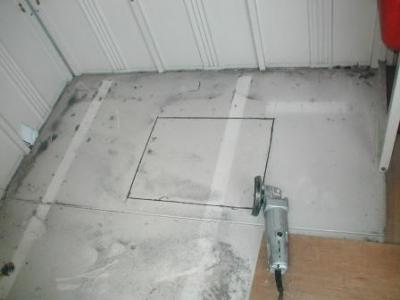 (物置移設)?床の点検口切断途中.JPG