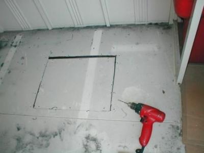 (物置移設)?床の点検口ビス止め穴あけ.JPG