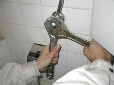 トイレ改造03水漏れレンチの負荷と反力対処.JPG