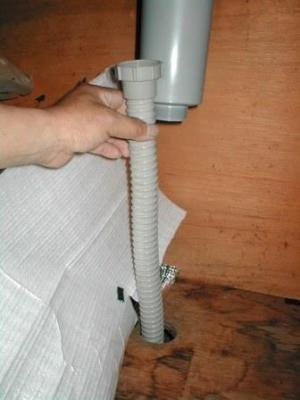 流し排水取替06排水ホースの底着き長さ切断判断.JPG