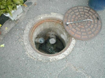 排水詰り04道路のマンホール内部.JPG