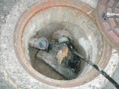 排水詰り05道路のマンホール内部の詰まり物原因.JPG